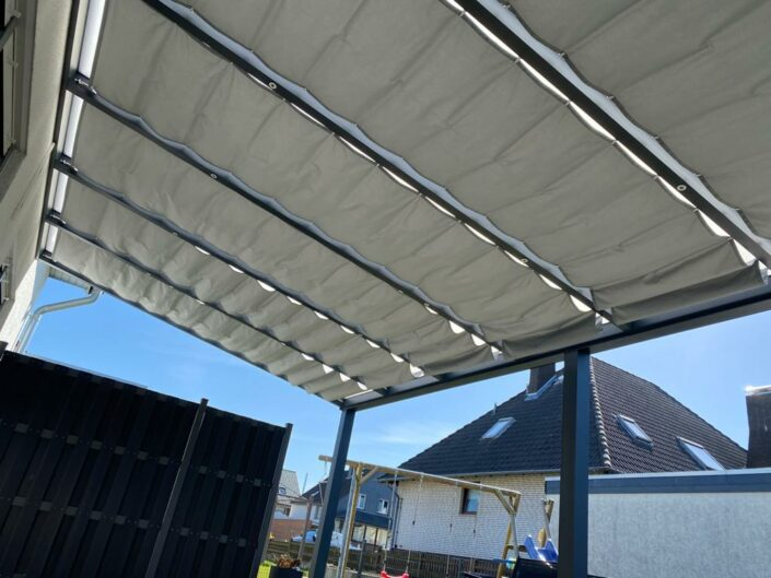 Sonnensegel in Terrassenueberdachung aus Aluminiun